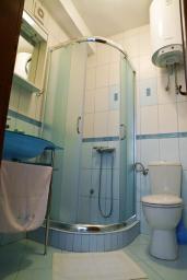 Ванная комната. Черногория, Петровац : Апартамент с видом на море, 10 метров от пляжа