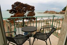 Вид на море. Черногория, Петровац : Апартамент с видом на море, 10 метров от пляжа