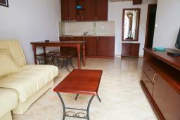 Гостиная. Черногория, Петровац : Апартамент с видом на море, 10 метров от пляжа