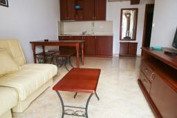 Спальня. Черногория, Петровац : Апартаменты с видом на море, 10 метров от пляжа
