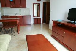 Гостиная. Черногория, Петровац : Апартаменты с видом на море, 10 метров от пляжа