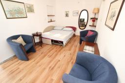Гостиная. Черногория, Петровац : Апартамент в Петроваце на втором этаже, 10 метров от пляжа