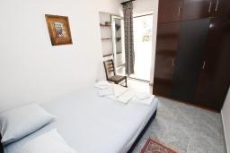 Спальня. Черногория, Петровац : Апартамент в Петроваце на втором этаже, 10 метров от пляжа