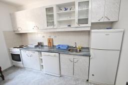 Кухня. Черногория, Петровац : Апартамент в Петроваце на втором этаже, 10 метров от пляжа