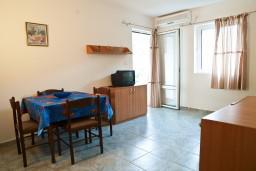 Гостиная. Черногория, Петровац : Апартамент с террасой, 10 метров от пляжа
