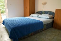 Спальня. Черногория, Петровац : Апартамент с террасой, 10 метров от пляжа