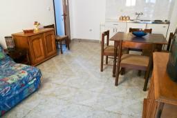 Гостиная. Черногория, Петровац : Апартамент в Петроваце на третьем этаже в 10 метрах от пляжа