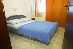 Спальня. Черногория, Петровац : Апартамент в Петроваце на третьем этаже в 10 метрах от пляжа
