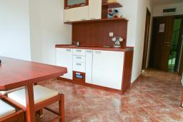 Спальня. Черногория, Петровац : Апартамент в Петроваце с балконом