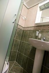 Ванная комната. Черногория, Петровац : Апартамент в Петроваце с балконом