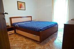 Спальня. Черногория, Петровац : Апартамент с отдельной спальней, с балконом и оборудованной кухней