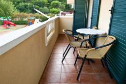 Балкон. Черногория, Петровац : Апартамент с отдельной спальней, с балконом и оборудованной кухней