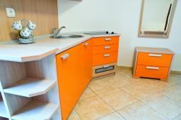 Кухня. Черногория, Петровац : Апартамент в Петроваце с балконом