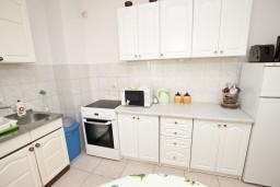 Кухня. Черногория, Петровац : Апартамент 80м2 с тремя спальнями с балконом и видом на море в Петроваце