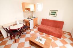 Кухня. Черногория, Петровац : Апартамент с отдельной спальней, с видом на море