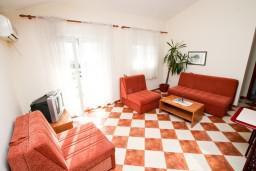 Гостиная. Черногория, Петровац : Апартамент с отдельной спальней в 350 метрах от моря