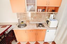 Кухня. Черногория, Петровац : Апартамент с отдельной спальней в 350 метрах от моря