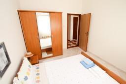 Спальня. Черногория, Петровац : Апартамент с отдельной спальней в 350 метрах от моря