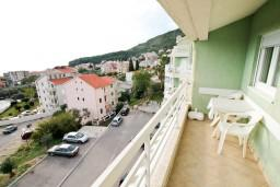 Балкон. Черногория, Петровац : Апартамент с отдельной спальней в 350 метрах от моря