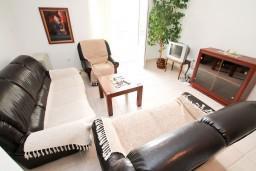 Гостиная. Черногория, Петровац : Апартамент с 3 спальнями с видом на море