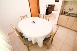 Кухня. Черногория, Петровац : Апартамент с 3 спальнями с видом на море