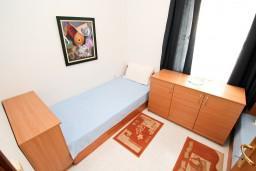 Спальня. Черногория, Петровац : Апартамент с 3 спальнями с видом на море