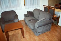 Гостиная. Черногория, Петровац : Апартаменты на 4 персоны, 2 спальни, с видом на море, 10 метров от пляжа