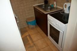 Кухня. Черногория, Петровац : Апартаменты на 4 персоны, 2 спальни, с видом на море, 10 метров от пляжа