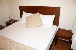 Спальня. Черногория, Петровац : Апартаменты на 4 персоны, 2 спальни, с видом на море, 10 метров от пляжа