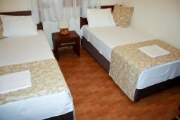 Спальня 2. Черногория, Петровац : Апартаменты на 4 персоны, 2 спальни, с видом на море, 10 метров от пляжа