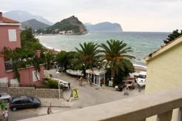 Вид на море. Черногория, Петровац : Апартаменты на 4 персоны, 2 спальни, с видом на море, 10 метров от пляжа