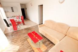 Гостиная. Черногория, Петровац : Апартаменты с отдельной спальней и балконом