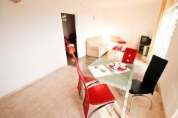 Обеденная зона. Черногория, Петровац : Апартаменты с отдельной спальней и балконом