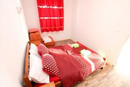 Спальня. Черногория, Петровац : Апартаменты с отдельной спальней и балконом