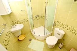 Кухня. Черногория, Петровац : Апартаменты с отдельной спальней и балконом