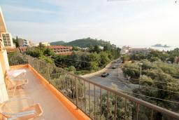 Вид на море. Черногория, Петровац : Апартамент в Петроваце с балконом