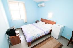 Спальня. Черногория, Петровац : Апартаменты на 10 персон, 4 спальни