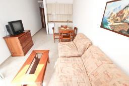 Гостиная. Черногория, Петровац : Апартаменты в Петроваце в 150 метрах от моря