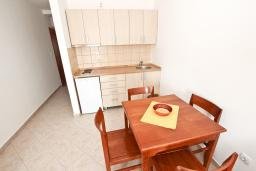 Кухня. Черногория, Петровац : Апартаменты в Петроваце в 150 метрах от моря