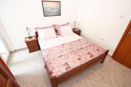 Спальня. Черногория, Петровац : Апартаменты в Петроваце в 150 метрах от моря