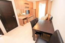 Гостиная. Черногория, Петровац : Апартамент с отдельной спальней, с большим балконом в 200 метрах от моря