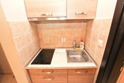 Кухня. Черногория, Петровац : Апартамент с отдельной спальней, с большим балконом в 200 метрах от моря