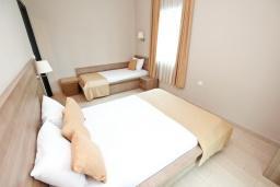 Спальня. Черногория, Петровац : Апартамент с отдельной спальней, с большим балконом в 200 метрах от моря