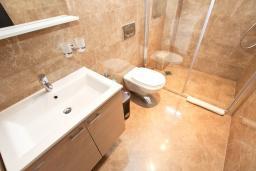 Ванная комната. Черногория, Петровац : Апартамент с отдельной спальней, с большим балконом в 200 метрах от моря