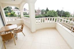 Балкон. Черногория, Петровац : Апартамент с отдельной спальней, с большим балконом в 200 метрах от моря