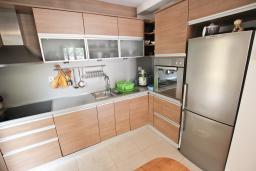 Кухня. Черногория, Петровац : Апартамент для 8 человек, 2 спальни, 2 ванны, большая гостиная с полностью укомплектованной кухней, 2 террасы, стиральная машина, DVD, 3 кондиционера, Wi-Fi.