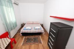 Спальня 2. Черногория, Петровац : Апартамент для 8 человек, 2 спальни, 2 ванны, большая гостиная с полностью укомплектованной кухней, 2 террасы, стиральная машина, DVD, 3 кондиционера, Wi-Fi.