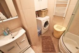 Ванная комната. Черногория, Петровац : Апартамент для 8 человек, 2 спальни, 2 ванны, большая гостиная с полностью укомплектованной кухней, 2 террасы, стиральная машина, DVD, 3 кондиционера, Wi-Fi.
