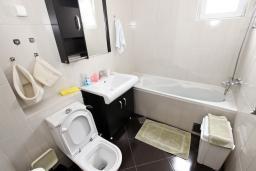Ванная комната 2. Черногория, Петровац : Апартамент для 8 человек, 2 спальни, 2 ванны, большая гостиная с полностью укомплектованной кухней, 2 террасы, стиральная машина, DVD, 3 кондиционера, Wi-Fi.