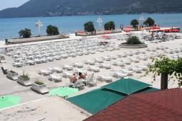 Ближайший пляж. Черногория, Игало : Апартамент с отдельной кухней, спальней, с балконом и видом на море